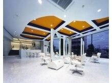 ヘアメイク エフェ(HAIR MAKE Effet)の雰囲気(1階は、白を基調としたゆったり贅沢空間!!)
