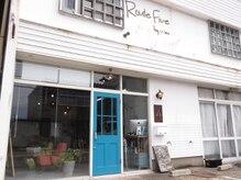 ルートファイブ(ROUTE FIVE)の雰囲気(白を基調としたカフェ風な店舗。)
