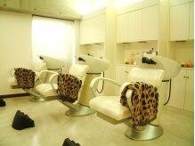 グラマライズ(GLAMORIZE)の雰囲気(仕切られたスペースにあるシャンプー台。リラックスできます。)