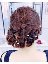 ヘアーアンドメイクアマレット(Hair&Make amaretto)リボンの編み込みサイド寄せアップ