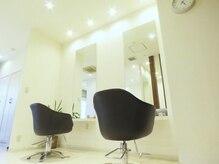 美容室ベンティ 藤枝駅前店(venti)の雰囲気(白を基調とした清潔感のある店内でおくつろぎ下さい。)