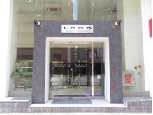 ラーナ(Lana)の雰囲気(LANA店舗外観ガラス張りのビルが目印です!)