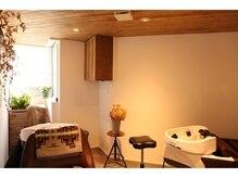 チマコッピ(cimacoppi)の雰囲気(天井が木の温もりに癒される半個室のシャンプーブース♪)