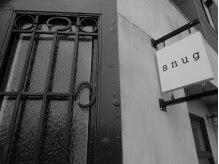 スナッグ(snug)の雰囲気(s n u g の入口は茶色のアンティークドア)