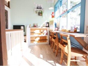ヘアーサロン フレール(HAIR SALON FRERE)の写真/【キッズスペースあり★】カフェのようにゆったりできる空間で、家族みんなでヘアチェンジしてみませんか?