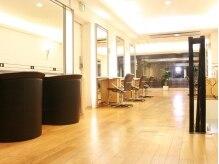 デサンジュパリ(DESSANGE PARIS)の雰囲気(ブランドカラーである白黒を基調とした高級感ある2Fフロア。)