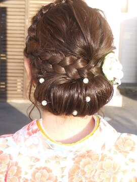 編み込みを使った髪型15選 編み込みの種類と便利アイテム