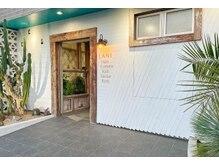 ラニ タテヤマ(LANI tateyama)の雰囲気(重厚なアンティーク扉やカリフォルニアテイストのエントランス)