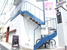 ナンバービー(no.B)の雰囲気(上人橋通沿い。青いらせん階段が目印です☆)