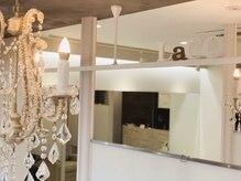 ヘアセットサロン ラシク(LaCQ)の雰囲気(シャンデリアと大きな鏡がある綺麗なかわいい店内)