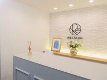 アールイーサロン 梅田店(RESALON)の雰囲気(高級感のあるレセプション。コンシェルジュがお迎えいたします。)