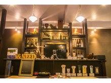 アイニード(Ineed)の雰囲気(ゆったりとできる店内です。真ん中にはバーカウンターがど~ん♪)