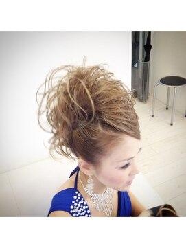 結婚式の髪型(スジ盛りヘアアレンジ) スジ盛りモヒカンアップ