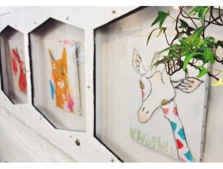 リディキュール(Ridicule)の雰囲気(アーティストの作品展示。様々なエッセンスが店内のいたる所に。)