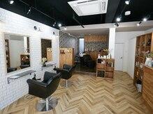 アレッタ(ALETTA)の雰囲気(真っ白なタイルの壁とウッド調の家具に囲まれたオシャレな店内。)