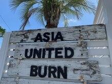 エイジア ユナイテッド バーン(ASIA UNITED BURN)の雰囲気(★大きなヤシの木が、道路沿いに何本か立っているのが目印です★)