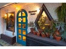 キュー ヘアー(Queue hair)の雰囲気(レトロな窓枠、ブルーグリーンの扉が目印です)