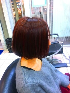 ヘアーデザインムーヴ(Hair design MOVE)レッド系ハイライトのフラットボブ