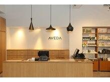 ブローチェアヴェダの雰囲気(広々とした開放的なレセプション。AVEDAストアも併設。)