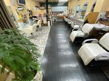 ヘアーリンク ドゥー(HAIR LINK Deux)の雰囲気(店内は温もりのある柔らかい暖色と木材を使用した安らぎ空間)