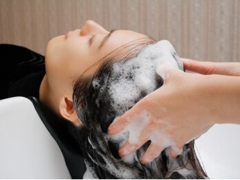 ココナ ヘア メゾンプリュス(cocona hair maison+)の写真/ベットのようなシャンプー台で贅沢体験してみませんか?表情筋に繋がる頭皮をほぐし小顔効果!TOKIOspa¥5000