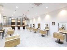 アテナ 六本松店(ATENA)の雰囲気(メインフロアは白を基調として、明るい空間です。)