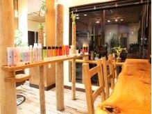 トゥイークヘアーファクトリー(tweak hair factory)の雰囲気(待合スペースはまるでカフェの様な雰囲気です。)