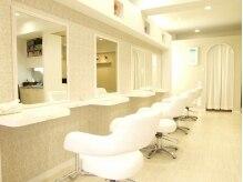 美容室 アヴァンセ(AVANCER)の雰囲気(2013年1月に移転OPEN♪白を基調にした明るくて清潔感のある店内)
