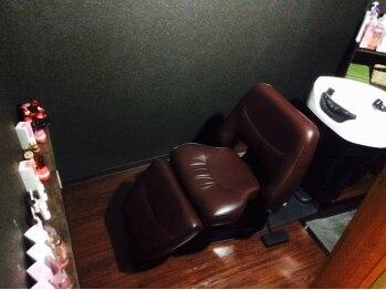 和み。KAMIBIYORIの写真/癒しを堪能できる半個室のシャンプーブース。フルフラットのシャンプー台での施術は眠れる程気持ちいい♪