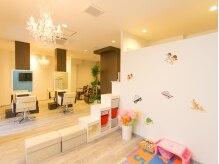 ユノン ヘアーアンドキッズスペース(unow hair&kid's space)の雰囲気(シャンデリアが可愛い、店内は広々とした空間♪)