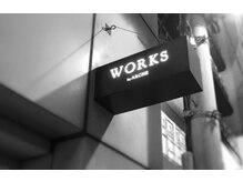 ワークス(WORKS by ARCHE)の雰囲気(お洒落な佇まいの店外看板)