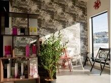 ヘアースタジオ アンプ(hair studio Amp)の雰囲気(日の光が入り込む落ち着く雰囲気の待合スペース)