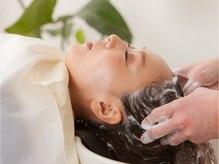 エイジングケアメニュー、育毛促進メニューから、ダメージケアまで、頭皮から美髪環境を整える施術工程。