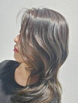 コルタリ(CORTALI)の写真/白髪染めもオシャレに楽しむ♪グレイカラーを生かしたハイライトが得意なサロンです!