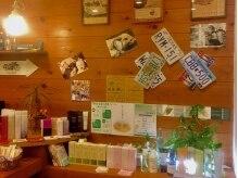 スリークヘア(SLEEK hair)の雰囲気(温かみのある照明が灯され、オーナーのこだわりが溢れる店内。)