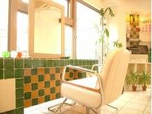 クリーム フォー ヘアー(CREAM For Hair)の雰囲気(緑のタイル張りがかわいい♪昼間は自然の光が差し込みポッカポカ)