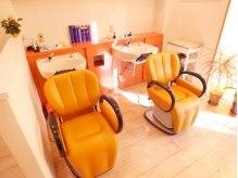 サンシャイニー(Sun Shiny)の雰囲気(オレンジでCUTEな店内☆シャンプー台もオレンジだよ♪)