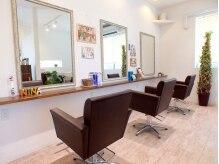 ニナヘア(nina hair)の雰囲気(白と茶の色味で統一され、過ごしやすい雰囲気の店内。)