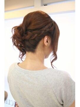 裏編み込みヘアアレンジ(結婚式・パーティーの髪型) ジェリクル(Jellicle)セレモニーアップスタイル