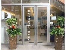 フレッシュサラダディーズ(D's)の雰囲気(ガラス張りの入り口、綺麗なお花でお出迎えします。坂戸/坂戸駅)