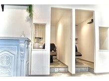 ファブ 銀座(fav)の雰囲気(半個室の最高級フルフラットシャンプー台で癒しの空間をご提供。)