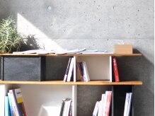 ソウ(SOU)の雰囲気(読書好きなオーナーが選別した雑誌や本が揃っています。)