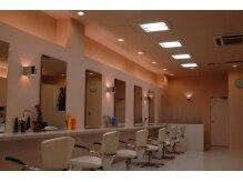 モナミ美容室の雰囲気(白を基調とした、落ち着きのある店内です。)