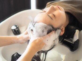 """ヘアデザイン アンジェロカフェ(Hair Design Angelo cafe)の写真/【スパニスト在籍★】大好評""""クゥオメゾフォルテ""""のスパ♪フルフラットのシャンプー台で最高のご褒美を。"""