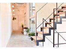 アルジャーノン グリーン(ALGERNON GREEN)の雰囲気(6F 受付からつながる6階は個室シャンプー台と2席でゆったりと)