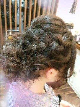 裏編み込みヘアアレンジ(結婚式・パーティーの髪型) スフィーダ フィノ Sfida fino編みこみヘアー