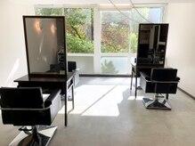ディスカバーヘアーアンドメイク(THISCOVER.hair&make)の雰囲気(明るく解放感のある店内と今は席の間隔も開けております!)