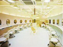 サラ ヘアーメイク(SARA hair mak)の雰囲気(店内は柔らかな色調をベースに広々とした空間。)