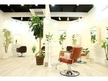 フェルーチェ ヘアー アトリエ(FELUCE hair atelier)の雰囲気(高い天井に広々とした空間)