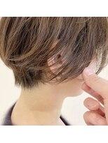 前髪長めのマッシュショートスタイル